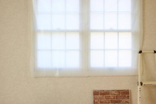 大きな窓は、白のゴミ袋をつなぎ合わせて