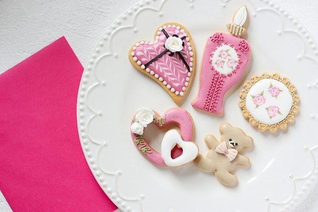 アイシングクッキーとピンクの封筒