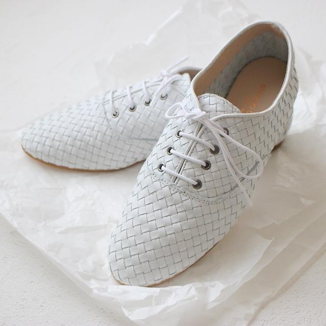革メッシュの白い紐靴