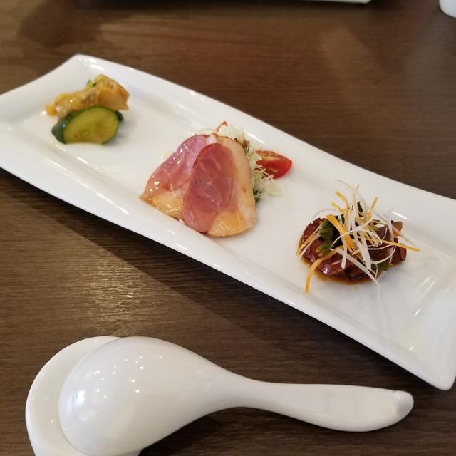 NG例:前菜でよくある横長のお皿(料理より手前のレンゲが気になる)