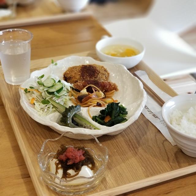 NG例:自然食ランチ(全体を写すと豪華なのにスカスカな印象)