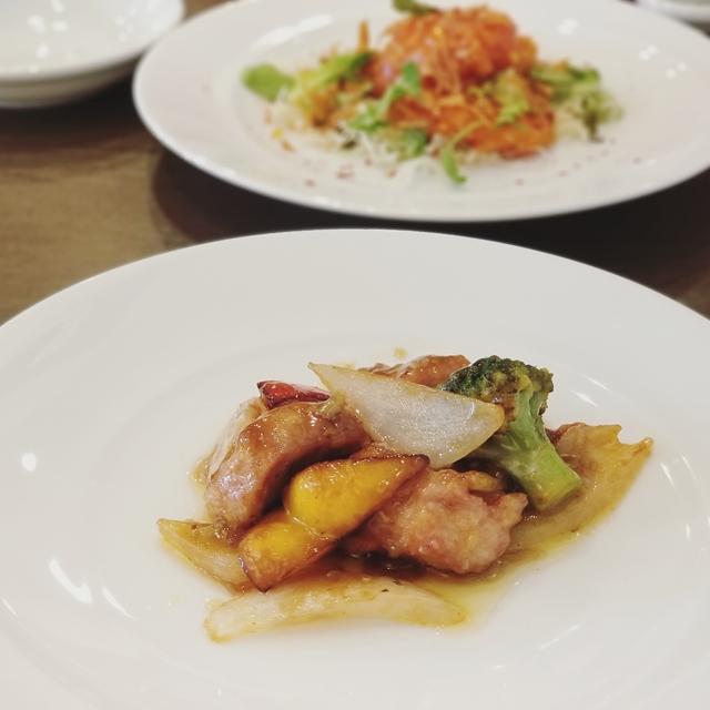 OK例:手前と奥、2種類の料理を同時に紹介