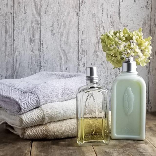 アフター写真:同じ化粧品のボトルとタオル。背景にボードを立て、サイド光でスッキリ。
